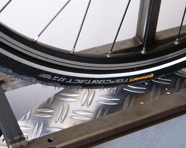 Continental Top Contact II Touring/E-Bike tire on a rolling resistance test machine