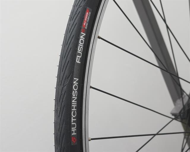 Hutchinson Fusion 5 All Season TL road bike tire on a rolling resistance test machine