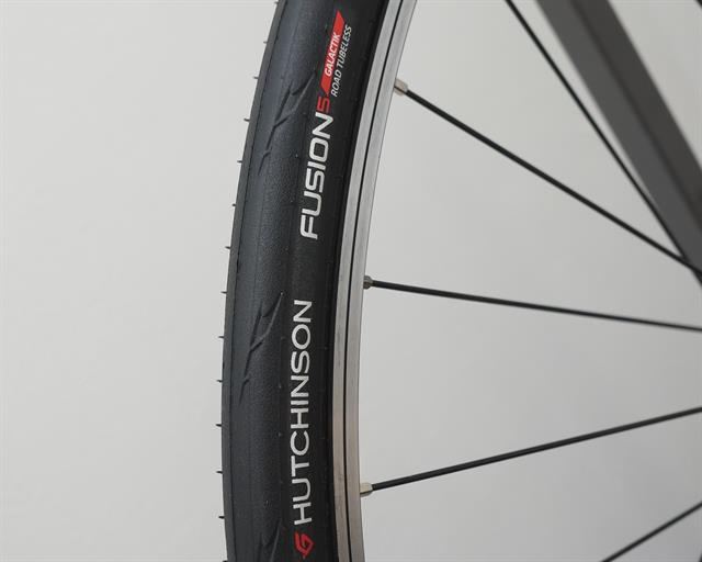 Hutchinson Fusion 5 Galactik TL road bike tire on a rolling resistance test machine