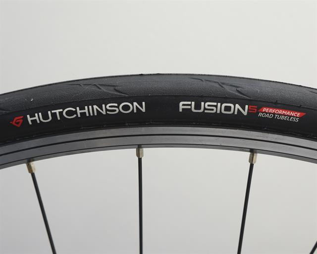 Hutchinson Fusion 5 Performance TL road bike tire on a rolling resistance test machine