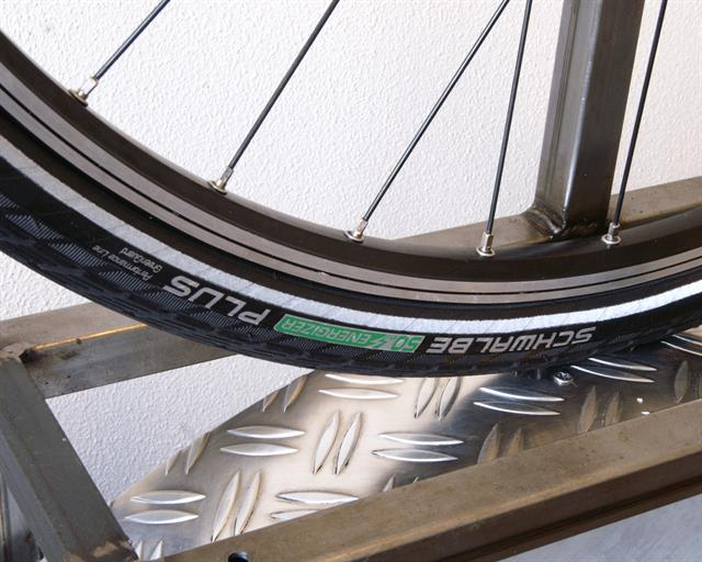 Schwalbe Energizer Plus Touring/E-Bike tire on a rolling resistance test machine