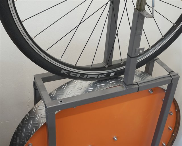 Schwalbe Kojak Touring/E-Bike tire on a rolling resistance test machine
