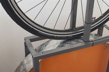 picture of a Schwalbe Marathon Almotion on a rolling resistance test machine