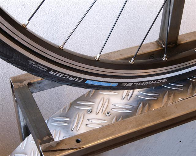 Schwalbe Marathon Racer Touring/E-Bike tire on a rolling resistance test machine