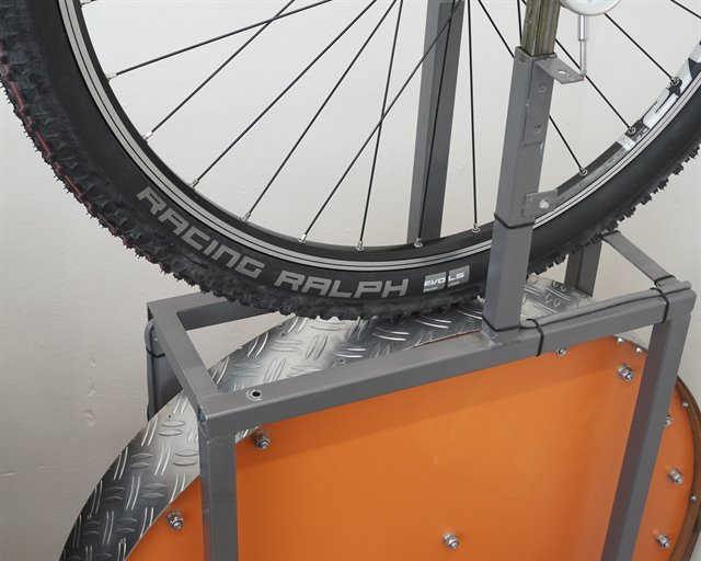 Schwalbe Racing Ralph LiteSkin Addix Speed mountain bike tire on a rolling resistance test machine