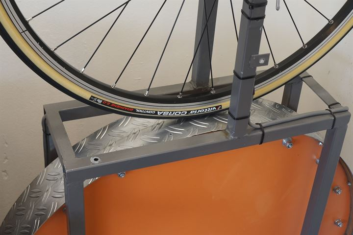 Vittoria Corsa Control G+ 2.0 (open) road bike tire on a rolling resistance test machine