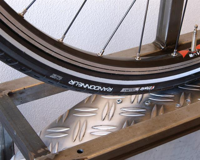 Vittoria Randonneur Touring/E-Bike tire on a rolling resistance test machine